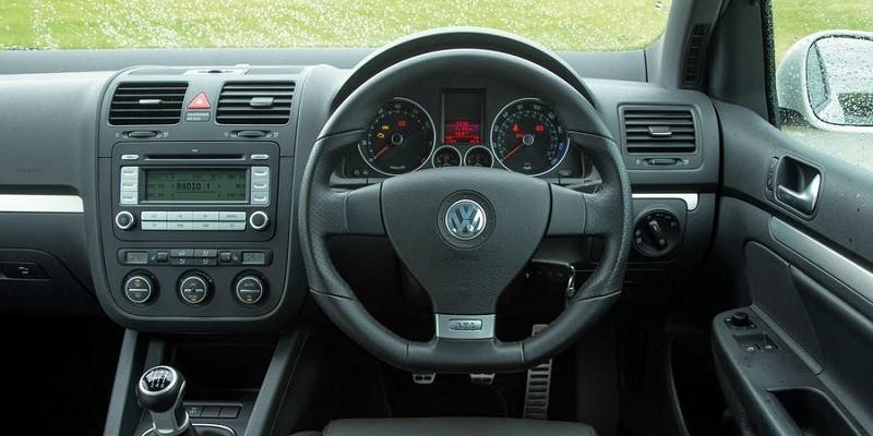 VW Jetta MK5 (Volante a la derecha)